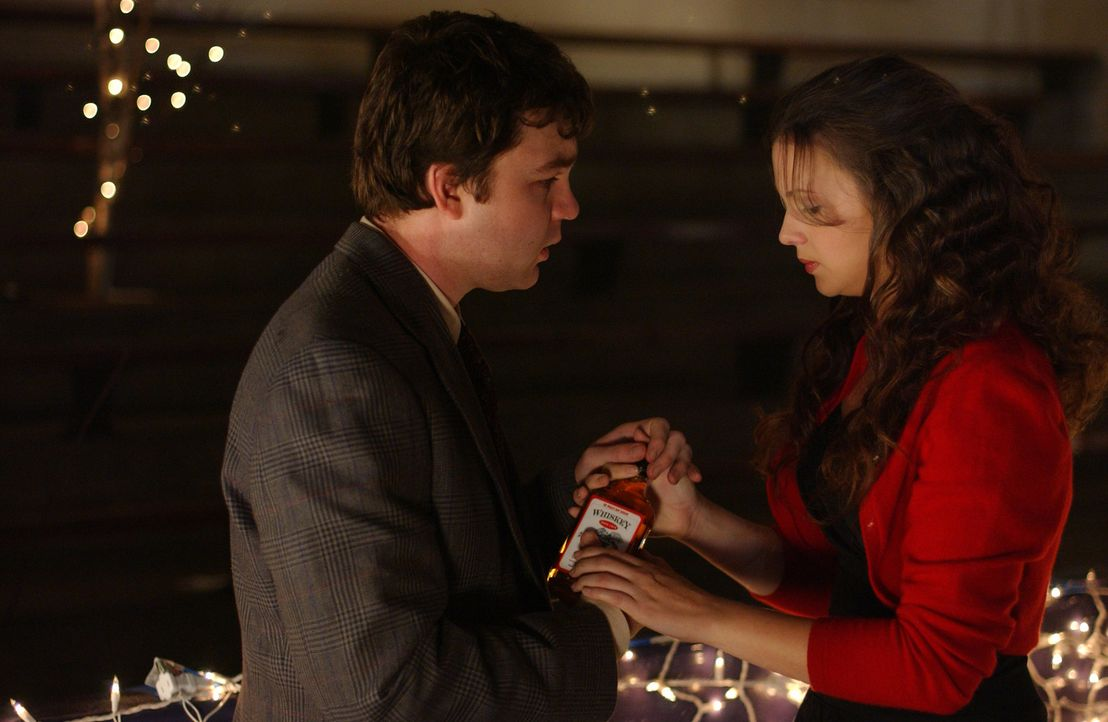 Auf anraten von Gott bittet Joan (Amber Tamblyn, r.), ihrem Mitschüler Steve Ramsey (Fred Kohler, l.) mit ihr auf den Halbjahresball zu gehen ... - Bildquelle: Sony Pictures Television
