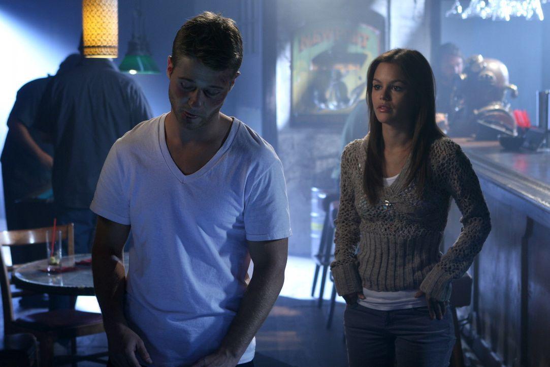 Summer (Rachel Bilson, r.) macht sich große Sorgen um Ryan (Benjamin McKenzie, l.), der mit dem Tod von Marissa überhaupt nicht klar kommt ... - Bildquelle: Warner Bros. Television