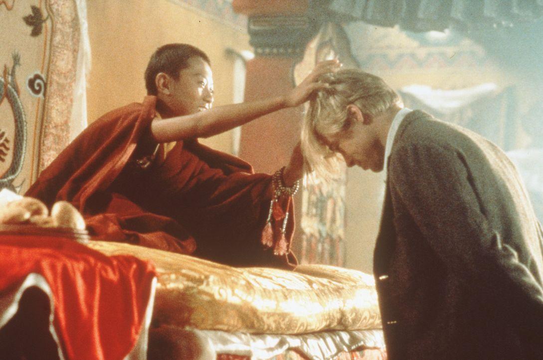 Die Begegnung mit dem erst 14jährigen Dalai Lama (Jamyang J. Wangchuk) wird für Heinrich Harrer (Brad Pitt) zu einer tiefen menschlichen und relig... - Bildquelle: TriStar Pictures