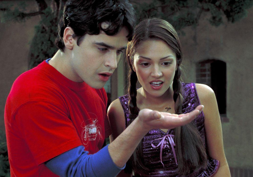 Erst nach und nach kommen Zak (Jesse Bradford, l.) und Francesca (Paula Garces, r.) hinter der Geheimnis der Armbanduhr. Sie lässt alle Bewegung ri... - Bildquelle: TM &   2001-2006 BY PARAMOUNT. ALL RIGHTS RESERVED