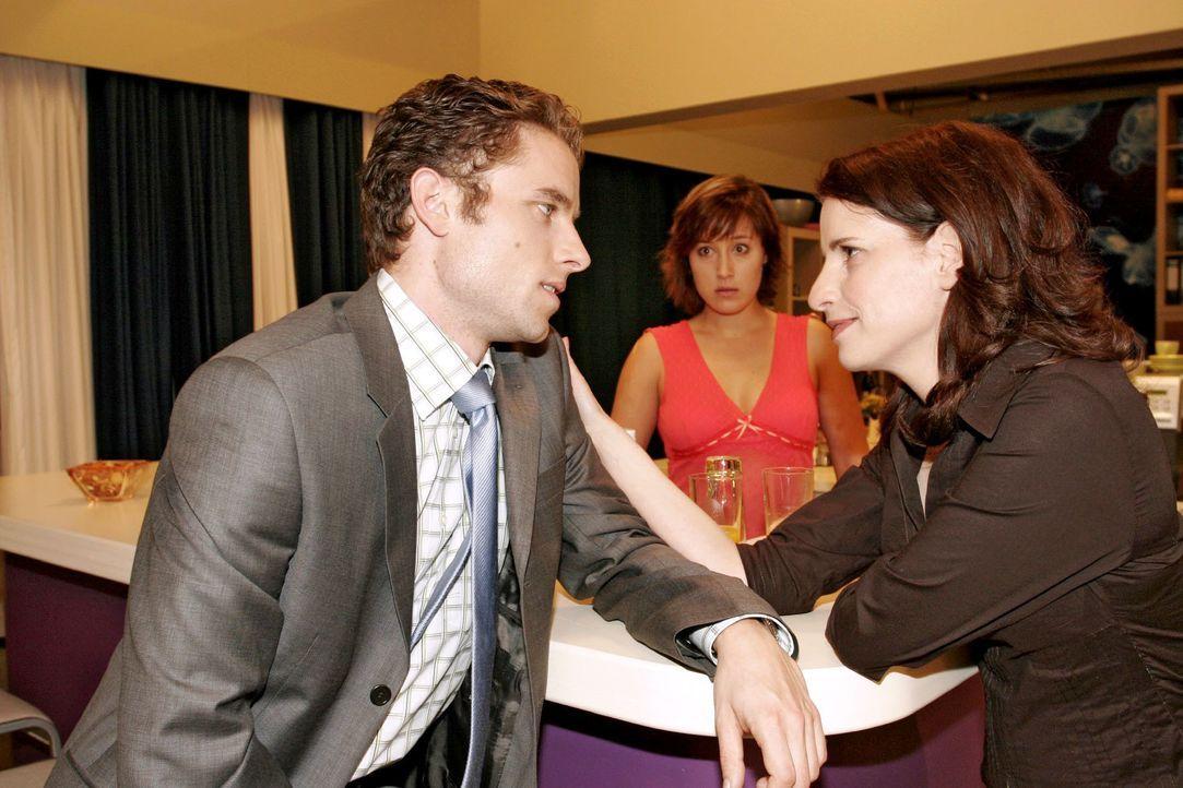 Yvonne (Bärbel Schleker, M.) versucht Max (Alexander Sternberg, l.) seit Tagen zu sprechen, doch er hat scheinbar mit seiner neuen Assistentin Inka... - Bildquelle: Noreen Flynn SAT.1 / Noreen Flynn