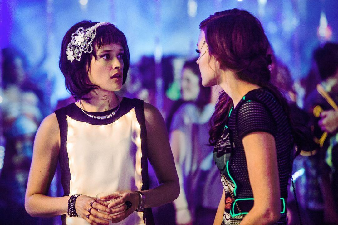 Sophia (Brina Palencia, l.) sucht Rat bei Emery (Aimée Teegarden, r.), nachdem sie einen Verdacht Taylor betreffend hat ... - Bildquelle: 2014 The CW Network, LLC. All rights reserved.
