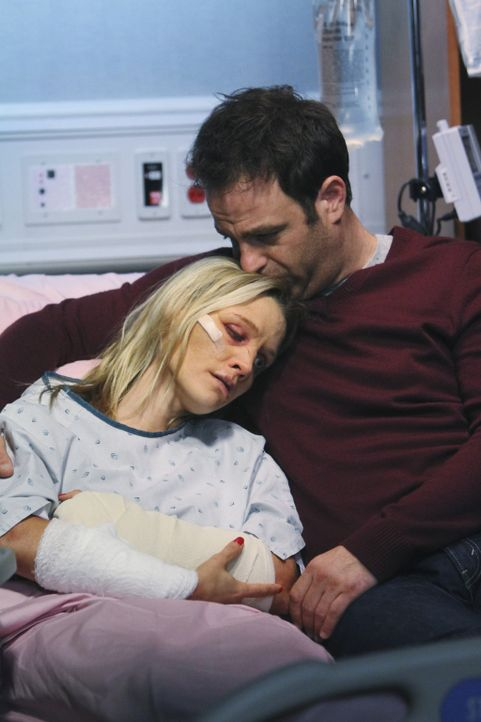 Nachdem schrecklichen Überfall auf Charlotte (KaDee Strickland, l.) macht sich Cooper (Paul Adelstein, r.) große Sorgen um sie ... - Bildquelle: ABC Studios