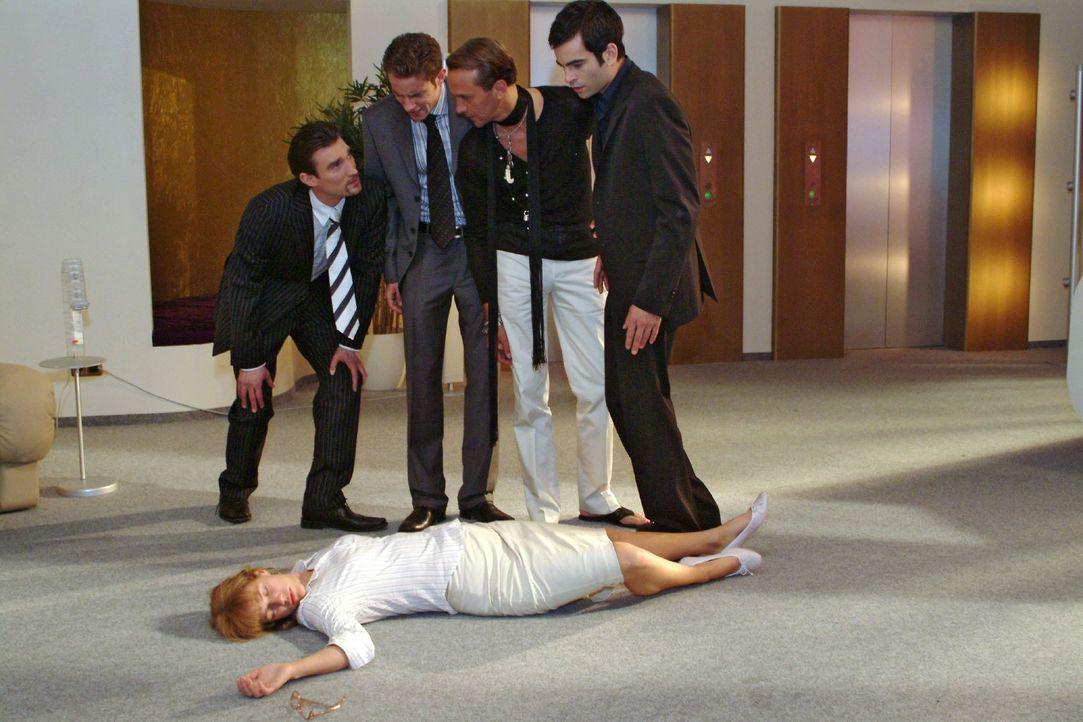 Lisa (Alexandra Neldel, vorne) wird versehentlich von David (Mathis Künzler, r.) niedergeschlagen, als sie versucht, die Prügelei zwischen ihm und R... - Bildquelle: Monika Schürle SAT.1 / Monika Schürle
