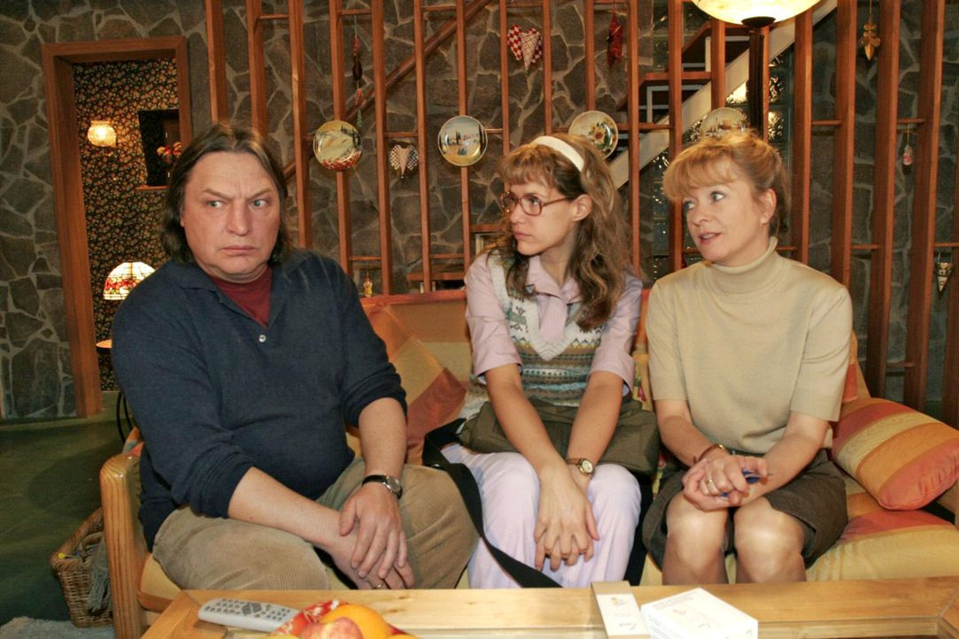 Bernd (Volker Herold, l.) fühlt sich von der geballten Frauenpower Lisas (Alexandra Neldel, M.) und Helgas (Ulrike Mai, r.) in die Ecke gedrängt .... - Bildquelle: Sat.1