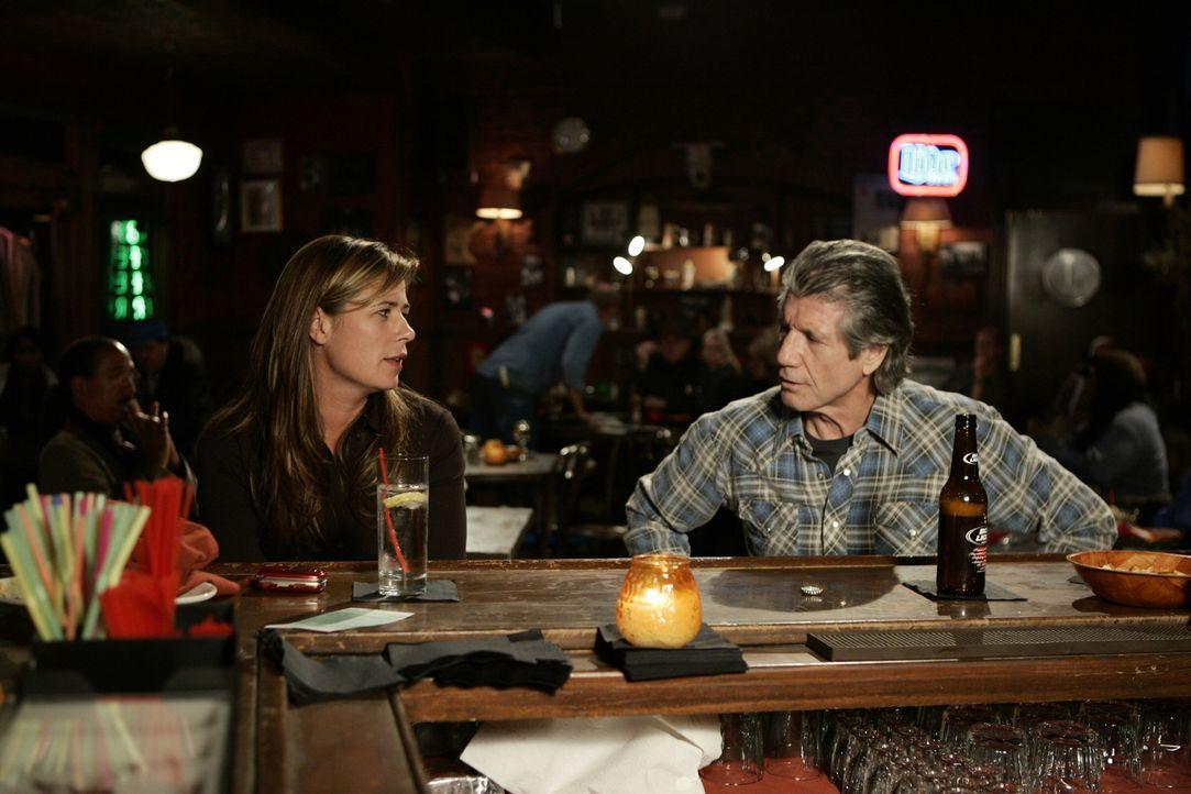 Treffen in einer Bar aufeinander: Eddie (Fred Ward, r.) und Abby (Maura Tierney, l.) ... - Bildquelle: Warner Bros. Television