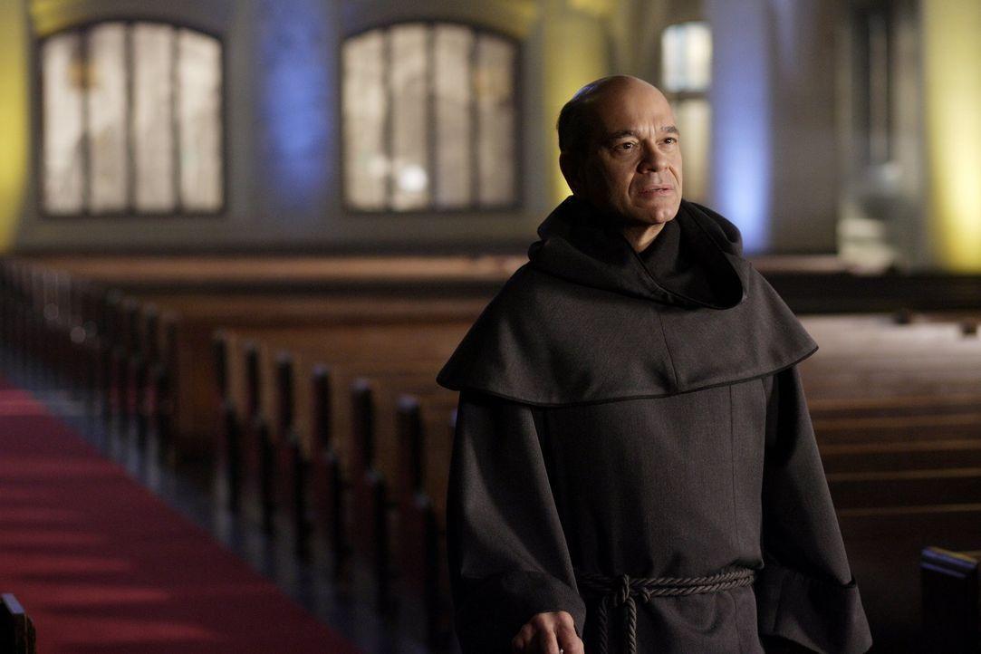 Der Mönch Teague (Robert Picardo) ist froh: Sein Plan, Clark nach Montreal zu locken, ging auf ... - Bildquelle: Warner Bros.