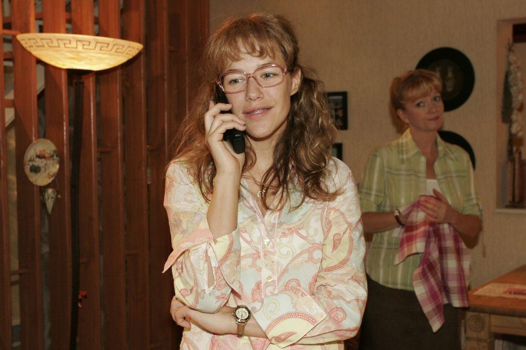 Lisa (Alexandra Neldel, l.) bekommt von David den erlösenden Anruf und ist glücklich, dass scheinbar nur sie sein Vertrauen hat. (Dieses Foto von... - Bildquelle: Sat.1