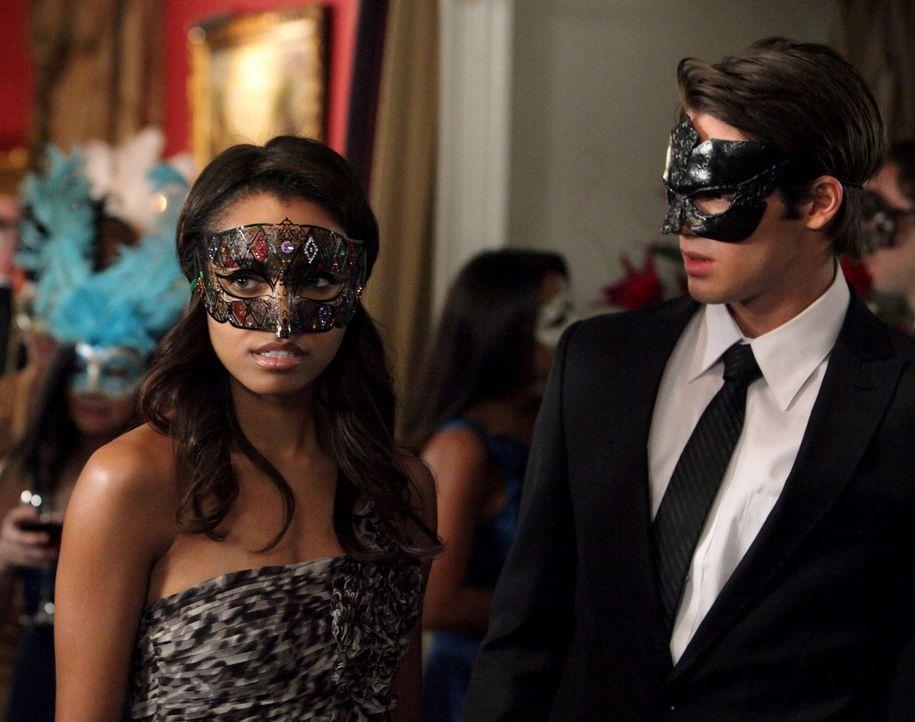 Während Jeremy (Steven R. McQueen, r.) und Bonnie (Katerina Graham, l.) auf der Suche nach Stefan sind spürt Bonnie eine starke Verbindung zu einer... - Bildquelle: Warner Brothers