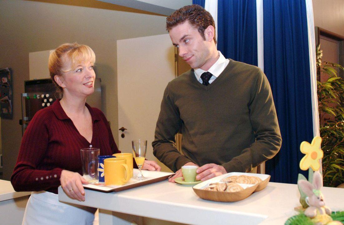 Max (Alexander Sternberg, r.) ist empört, als Helga (Ulrike Mai, l.) seine Tochter Chantalle nennt. - Bildquelle: Monika Schürle SAT.1 / Monika Schürle