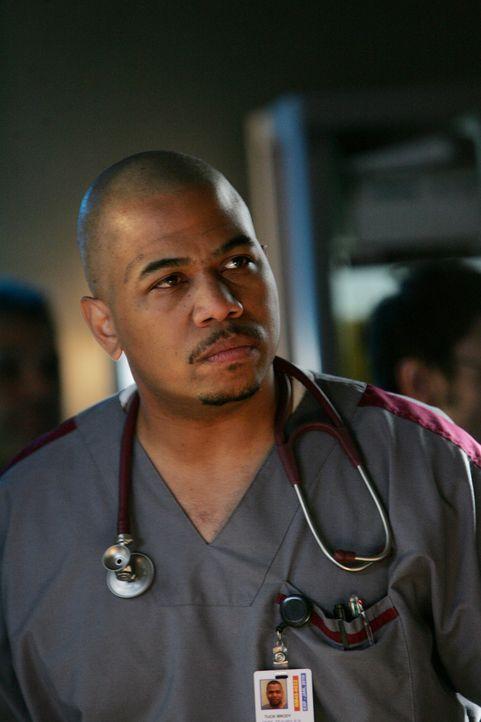 Sieht sich als Vermittler des Teams: der unter Suchtproblemen leidende Pfleger Tuck Brody (Omar Gooding) ... - Bildquelle: Warner Brothers