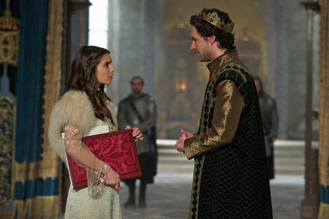 Obwohl Kenna (Caitlin Stasey, l.) seine Avancen immer wieder ablehnt, gibt König Antoine (Ben Aldridge, r.) seine Bemühungen nicht auf ... - Bildquelle: Sven Frenzel 2014 The CW Network, LLC. All rights reserved.