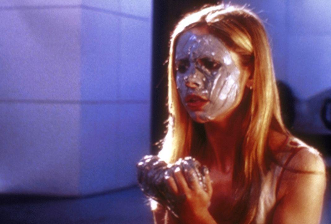 Buffy (Sarah Michelle Gellar) führt ein geheimnisvolles Ritual durch, um Kontakt zu dem Geist der ersten Jägerin aufzunehmen. - Bildquelle: TM +   2000 Twentieth Century Fox Film Corporation. All Rights Reserved.