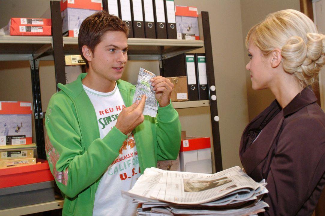 Als er für Sabrina (Nina-Friederike Gnädig, r.) Zeitungen kopiert, entdeckt Timo (Matthias Dietrich, l.) eine interessante Anzeige. - Bildquelle: Monika Schürle SAT.1 / Monika Schürle