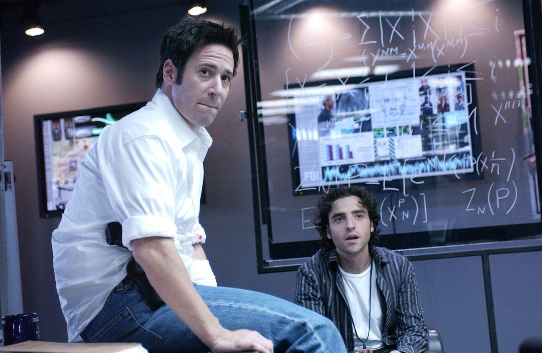 Versucht gemeinsam mit seinem Bruder Don (Rob Morrow, l.) und seinen eigenen perfekten mathematischen Berechnungen eine Bande Bankräuber zu stellen:... - Bildquelle: Paramount Network Television
