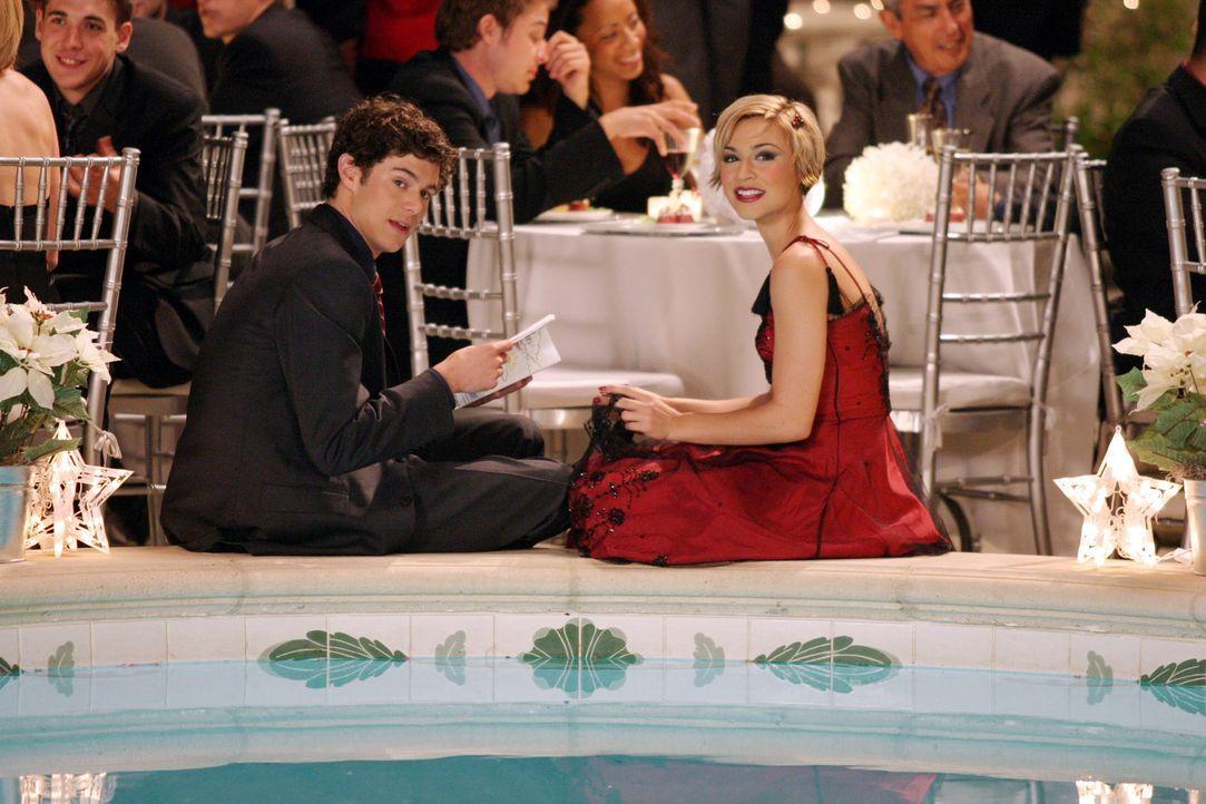 Wird sich Seth (Adam Brody, l.) für Anna (Samaire Armstrong, r.) entscheiden?` - Bildquelle: Warner Bros. Television