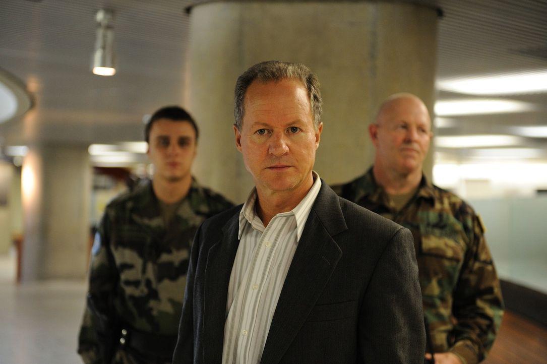 John Blakely (William Hope, M.), der Personalchef von Democra Security, Hat nur noch einen Wunsch: Er will die unbequeme Kathryn so schnell wie mögl... - Bildquelle: 2010 Whistleblower (Gen One) Canada Inc. and Barry Films GmbH
