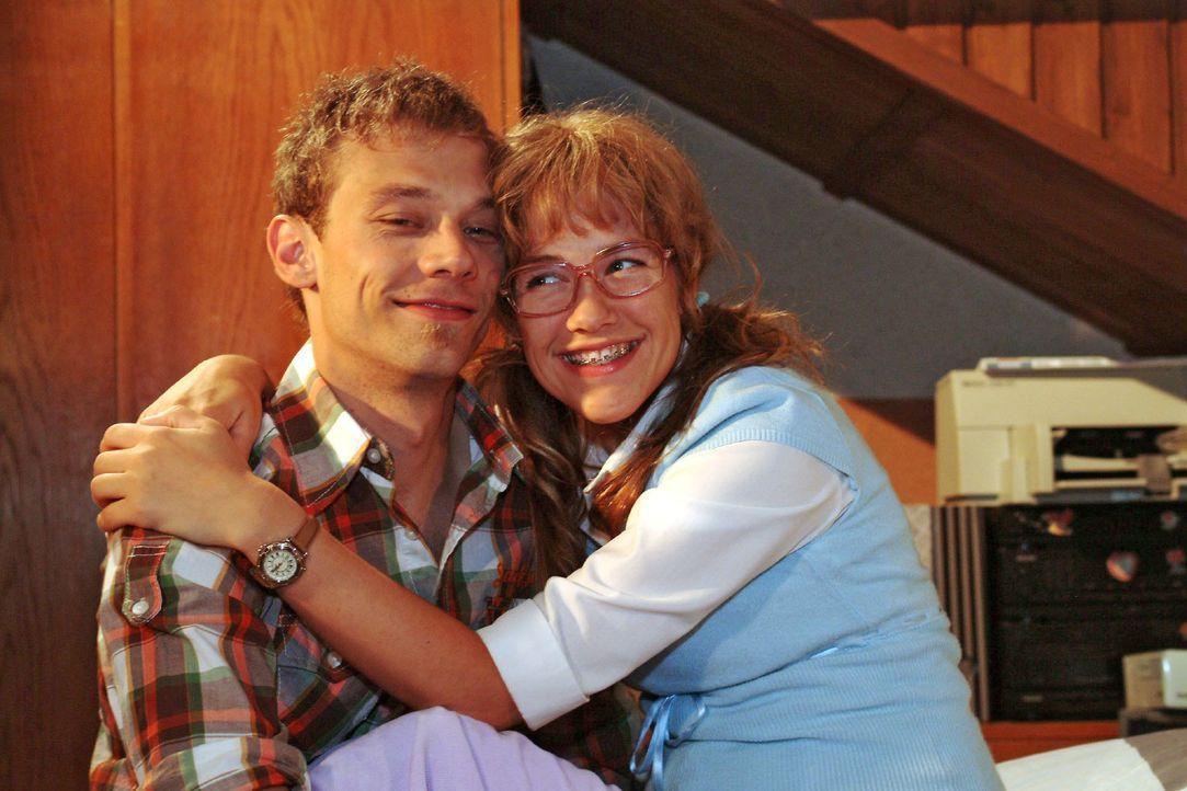 Verliebt: Jürgen (Oliver Bokern, l.) und Lisa (Alexandra Neldel, r.). (Dieses Foto von Alexandra Neldel darf nur in Zusammenhang mit der Berichterst... - Bildquelle: Monika Schürle SAT.1 / Monika Schürle