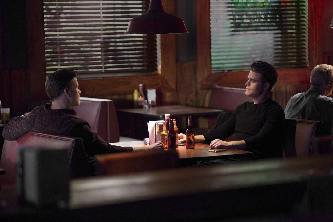 Die Rückkehr von Stefan (Paul Wesley, r.) gefällt Alarics (Matthew Davis, l.) ganz und gar nicht ... - Bildquelle: Warner Bros. Entertainment, Inc.