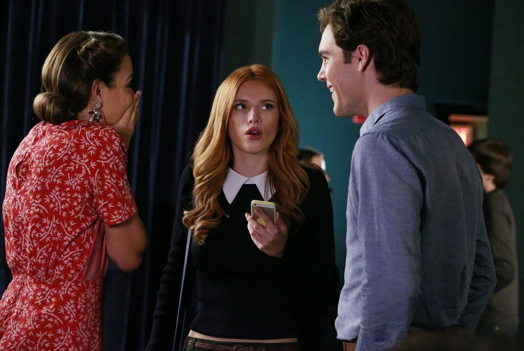 Kaum kann Paige (Bella Thorne, M.) ihren Freunden Cassandra (Georgie Flores, l.) und Jake (Charlie DePew, r.) von ihrem ereignisreichen Vorsprechen... - Bildquelle: Warner Bros.