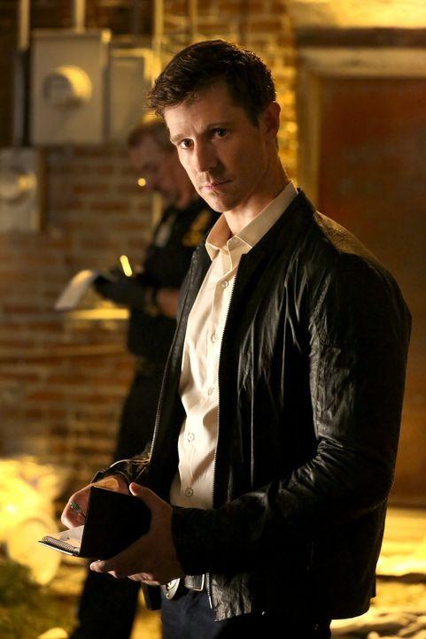 Detective Kinney (Jason Dohring) ist sich sicher, dass Cami etwas verheimlicht. Dennoch verspricht er ihr, so lange nachzuforschen, bis er weiß, was... - Bildquelle: Warner Bros. Entertainment Inc.