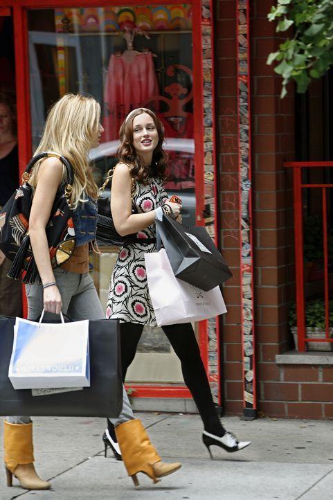 Die Zwei verstehen sich wieder blendend: Serena (Blake Lively, l.) und Blair (Leighton Meester, r.) genießen den gemeinsamen Shopping-Ausflug ... - Bildquelle: Warner Brothers