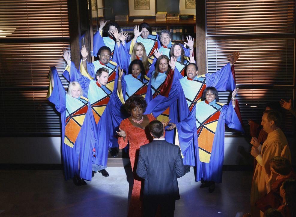 Patti (Loretta Devine, M. hinten) und Eli (Jonny Lee Miller, M. vorne) tanzen in seiner Vision zu den Klängen eines Gospel-Chors ... - Bildquelle: Disney - ABC International Television