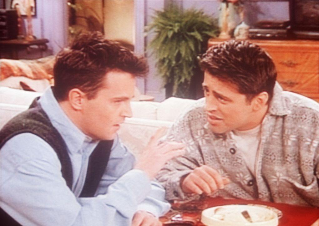 Obwohl Chandler (Matthew Perry, l.) und Joey (Matt LeBlanc, r.) die besten Freunde sind, sind sie nicht immer einer Meinung. - Bildquelle: TM+  2000 WARNER BROS.