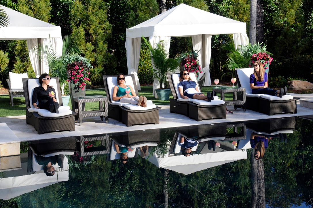 Genießen einen Tag am Pool: Carmen (Roselyn Sanchez, l.), Marisol (Ana Ortiz, r.), Rosie (Dania Ramirez, 2.v.l.) und Zoila (Judy Reyes, 2.v.r.) ... - Bildquelle: ABC Studios