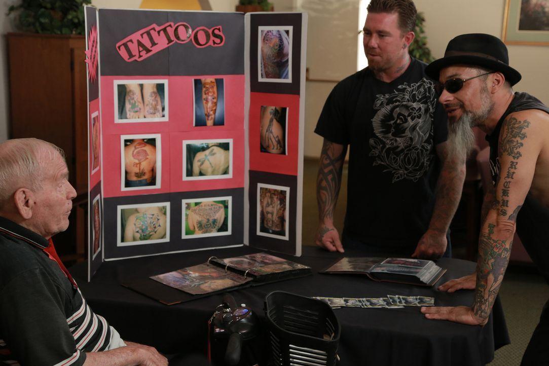 Ruckus (r.) und Dirk versuchen, auch ältere Semester für die Kunst der Tätowierungen zu gewinnen ... - Bildquelle: 2013 A+E Networks, LLC