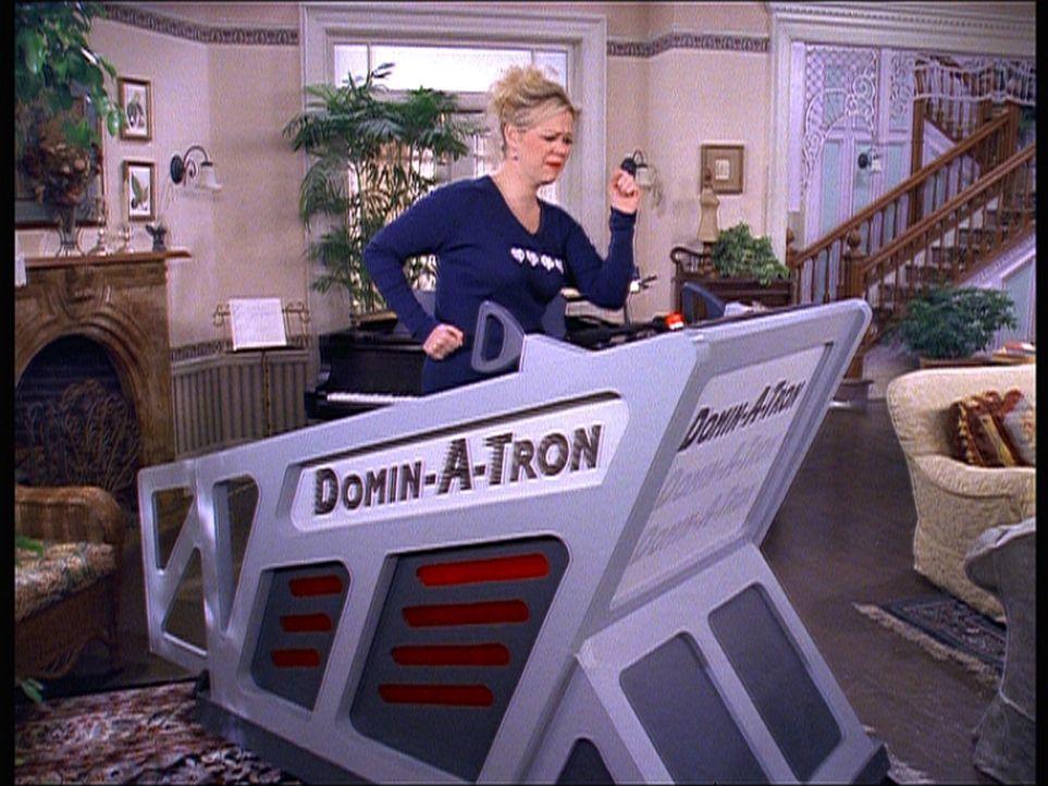 Hilda (Caroline Rhea) macht sich fit für den Dekathlon. Salem ist ihr Trainer. - Bildquelle: Paramount Pictures