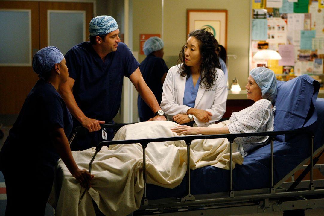 Meredith (Ellen Pompeo, r.) hat sich nach langem Überlegen dazu entschlossen, ihrem Vater ein Stück ihrer Leben zu spenden. Derek (Patrick Dempsey,... - Bildquelle: Touchstone Television