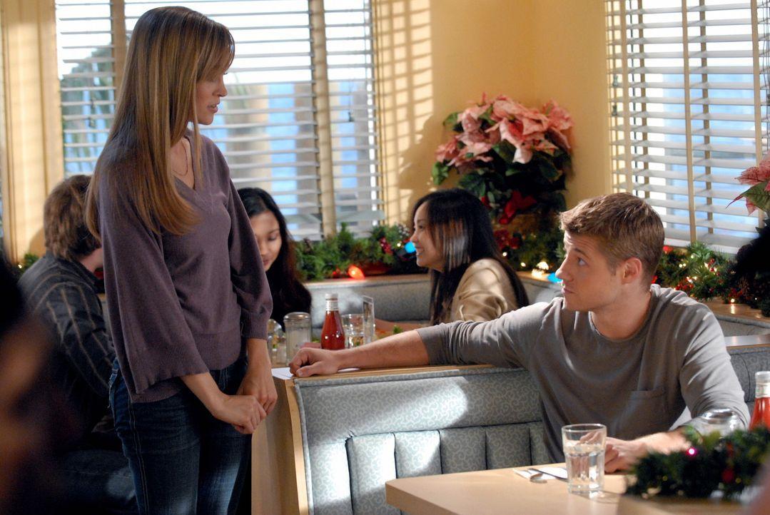 Durch einen Unfall landen Ryan (Benjamin McKenzie, r.) und Taylor (Autumn Reeser, l.) in einer Art Paralleluniversum, in dem sie sehen, wie das Lebe... - Bildquelle: Warner Bros. Television