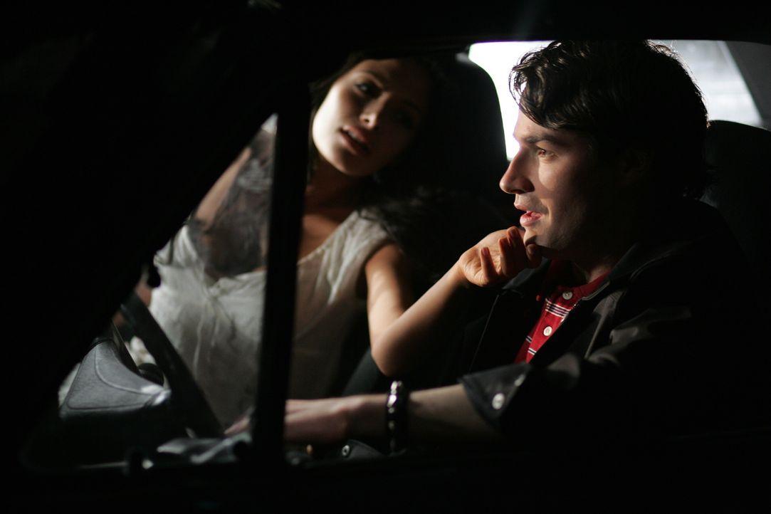 """""""Die Frau in weiss"""" (Sarah Shahi, l.) hat, nachdem sie ihre beiden Kinder umgebracht hat, auf einer Brücke Selbstmord begangen und ermordet nun reih... - Bildquelle: Warner Bros. Television"""