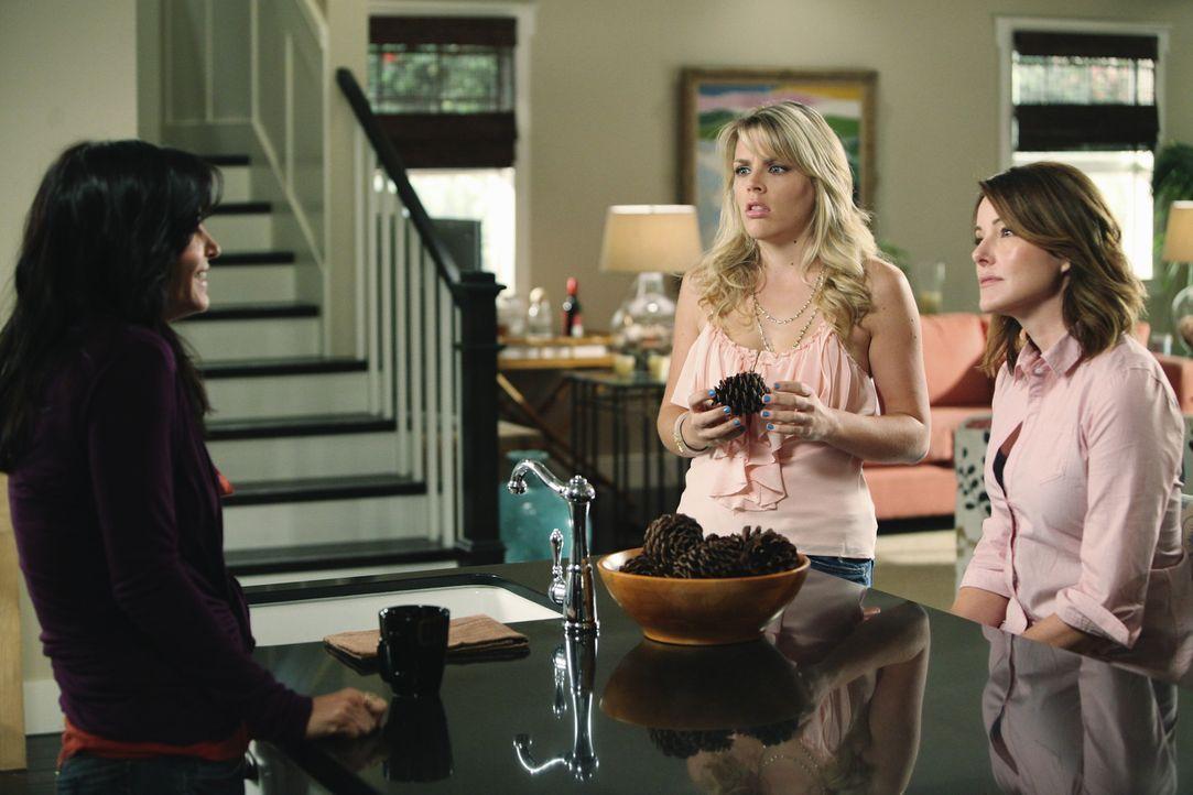 Laurie (Busy Philipps, M.) bekommt Schuldgefühle als sie mithört wie Jules (Courteney Cox, l.) Ellie (Christa Miller, r.) erzählt, dass Grayson i... - Bildquelle: 2009 ABC INC.