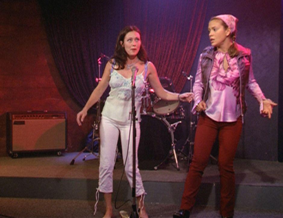 Prue (Shannen Doherty, l.) und Phoebe (Alyssa Milano, r.) benehmen sich wie kleine Kinder. - Bildquelle: Paramount Pictures