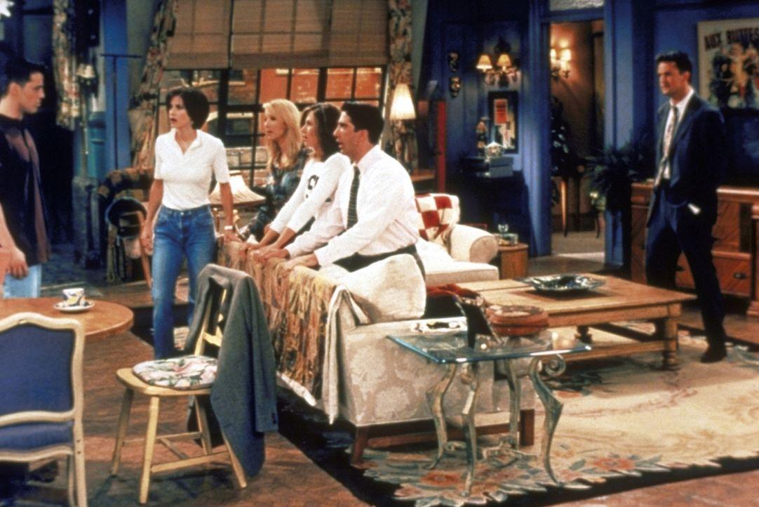 Die Freunde sind völlig fassungslos: (v.l.n.r.) Joey (Matt LeBlanc) teilt Monica (Courteney Cox), Phoebe (Lisa Kudrow), Rachel (Jennifer Aniston),... - Bildquelle: TM+  2000 WARNER BROS.
