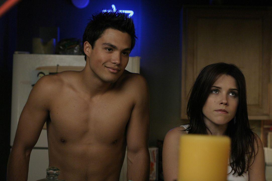 Sind eine Erklärung schuldig: der nackte Felix (Micheal Copon, l.) und Brooke (Sophia Bush, r.) ... - Bildquelle: Warner Bros. Pictures