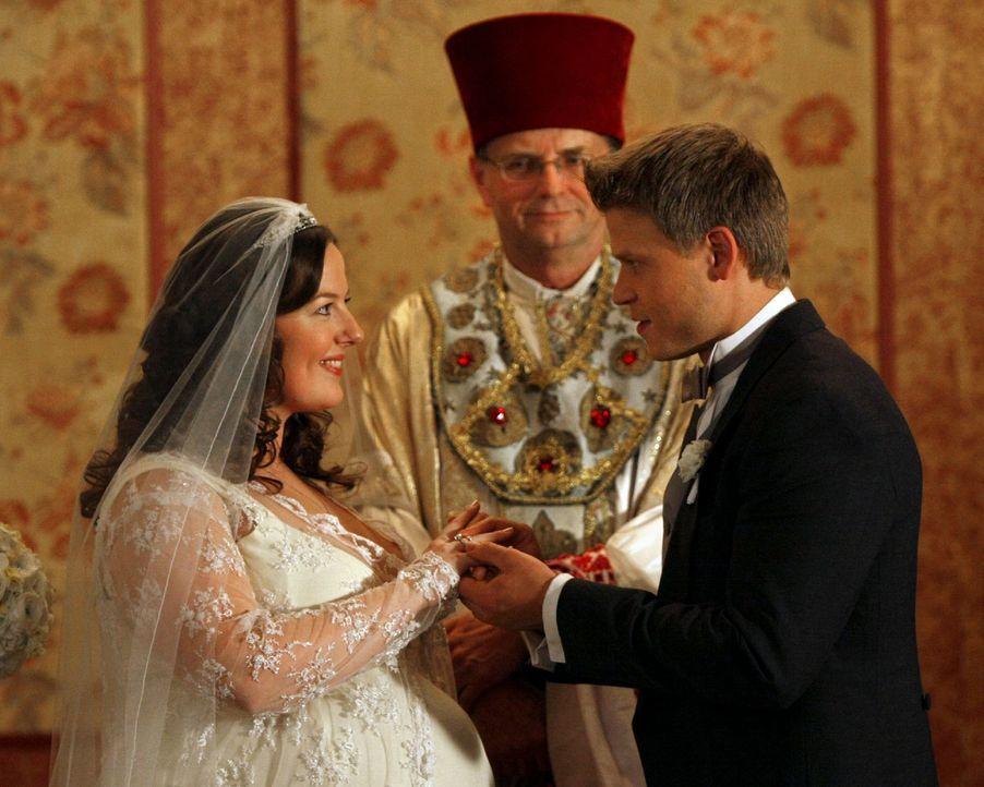 Nun kann Vanya (Aaron Schwartz, r.) endlich seiner großen Liebe (Zuzanna Szadkowski, l.) den Ring an den Finger stecken. - Bildquelle: Warner Brothers