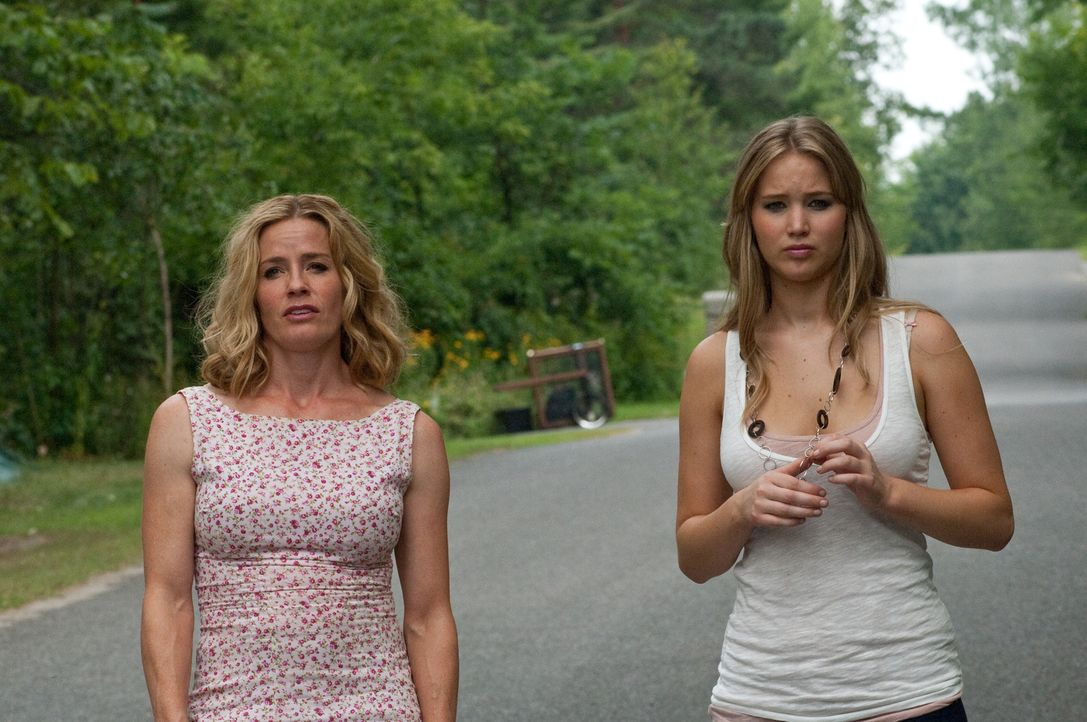 Nicht alles ist so harmonisch zwischen Elissa (Jennifer Lawrence, r.) und ihrer Mutter Sarah (Elisabeth Shue, l.), wie es den Anschein hat. Besonder... - Bildquelle: 2011 HATES, LLC.  All Rights Reserved.