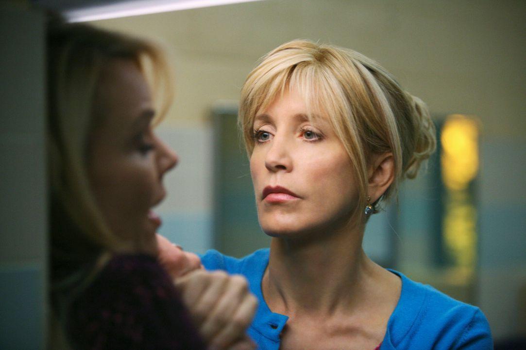 Bei einer Elternversammlung hält es Lynette (Felicity Huffman, r.) nicht aus, im gleichen Raum wie Anne Schilling (Gail O'Grady, l.) zu bleiben und... - Bildquelle: ABC Studios