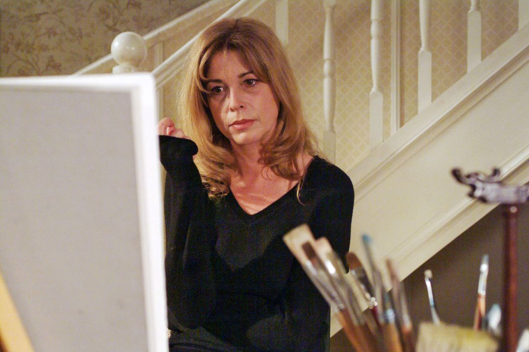 Laura (Olivia Pascal) gibt sich düsteren Gedanken hin ... - Bildquelle: Monika Schürle Sat.1