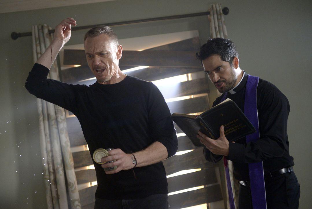 Ein besonders starker Gegenspieler wartet auf Marcus (Ben Daniels, l.) und Pater Tomas (Alfonso Herrera, r.) ... - Bildquelle: 2017 Twentieth Century Fox Film Corporation.  All rights reserved.