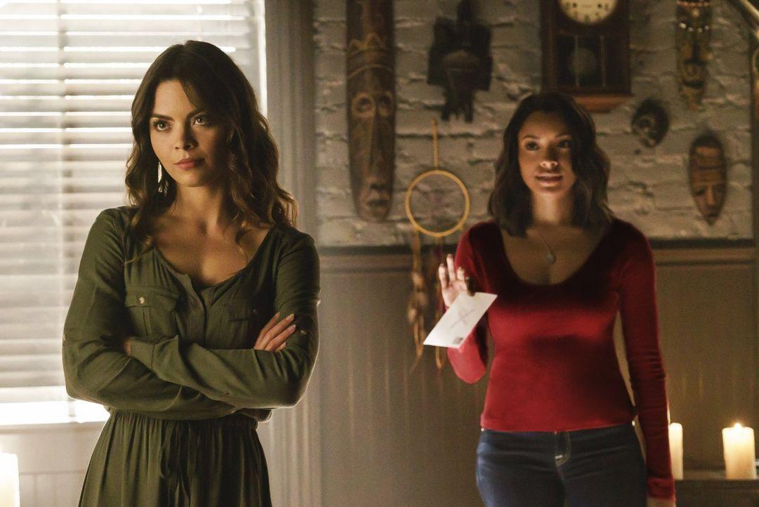 Während Nora (Scarlett Byrne, l.) und Bonnie (Kat Graham, r.) sich auf die Suche nach einer berüchtigten Vampirjägerin machen, braucht Caroline Vale... - Bildquelle: Warner Bros. Entertainment, Inc.