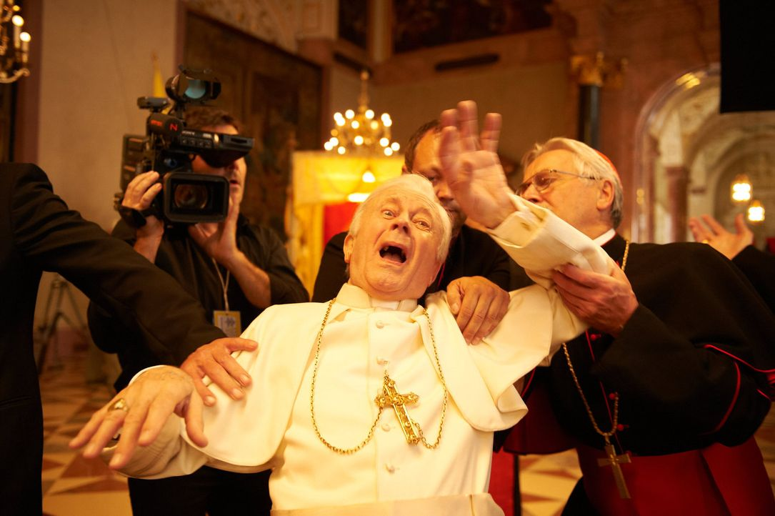 Oma Marguerita versucht alles, um eine Audienz bei Papst Benedict III (Thomas Kylau) zu bekommen. Dabei richtet sie so manches Unheil an ... - Bildquelle: Walter Wehner Sperl Productions