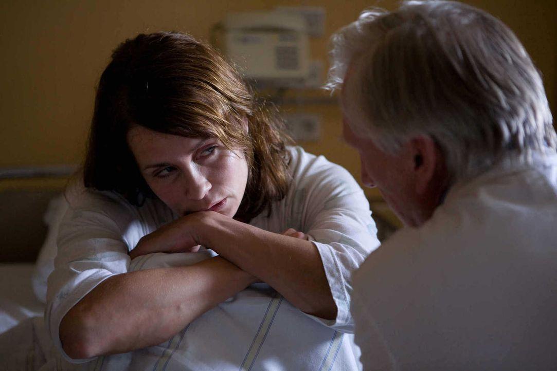 Zunächst ist Hannah Mangold (Anja Kling, l.) überhaupt nicht angetan von der Idee ihres Psychiaters Tom Weißdorn (Ernst Stötzner, r.), wieder in den... - Bildquelle: Conny Klein SAT.1