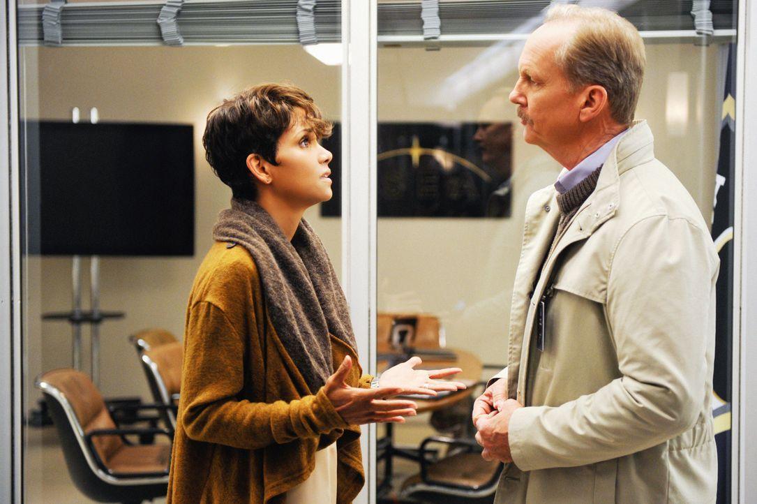 Auch wenn Sparks (Michael O'Neill, r.) sie anfangs noch entführen wollte und höchstwahrscheinlich für die Experimente verantwortlich ist: Molly (Hal... - Bildquelle: Darren Michaels 2014 CBS Broadcasting, Inc. All Rights Reserved