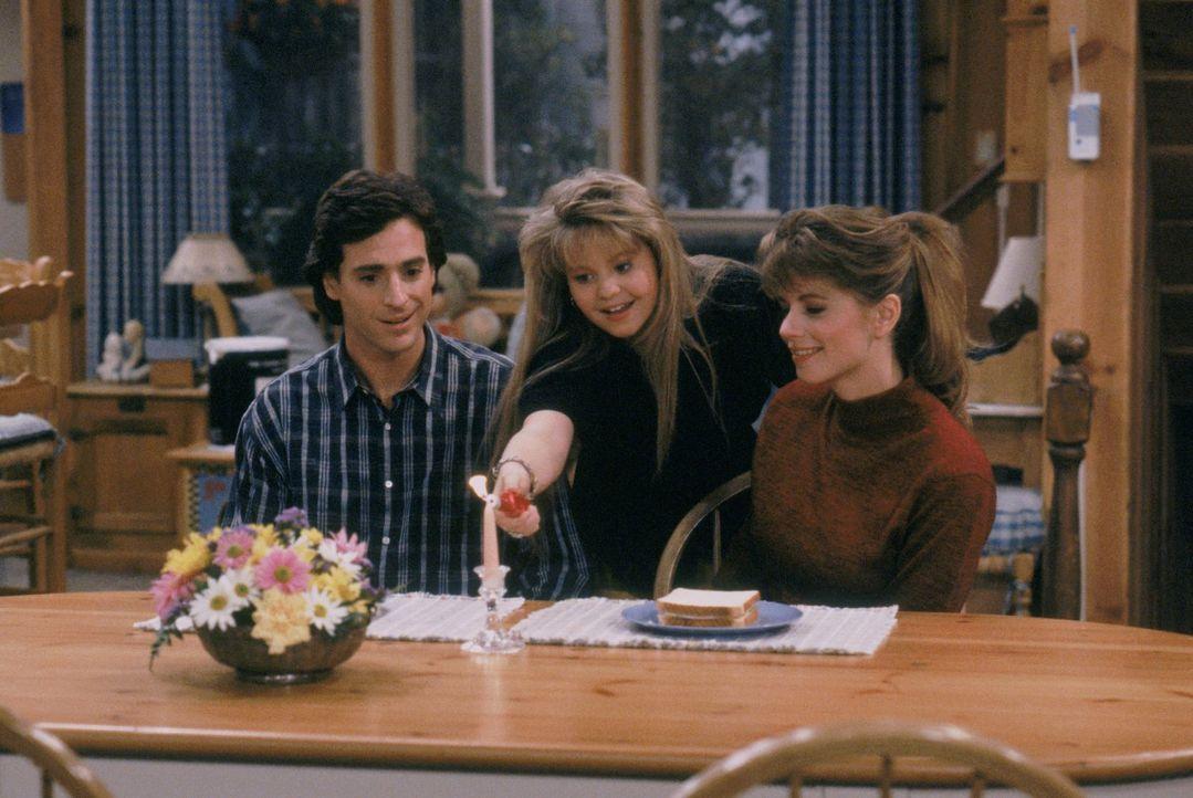 Noch glaubt D.J. (Candace Cameron, M.), dass Danny (Bob Saget, l.) und Karen (Debbie Gregory, r.) super zusammen passen ... - Bildquelle: Warner Brothers Inc.