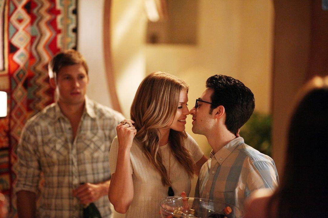 Geben sie ihrer Liebe eine zweite Chance? Naomi (AnnaLynne McCord, M.) und Max (Josh Zuckerman, r.) - Bildquelle: 2011 The CW Network. All Rights Reserved.