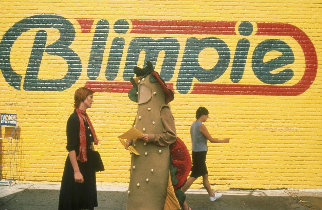 Auf ihrem Weg zur Arbeit wird Miranda (Cynthia Nixon, l.) Tag für Tag von einem als Baguette verkleideten Werbemann belästigt - jetzt reichts ... - Bildquelle: Paramount Pictures